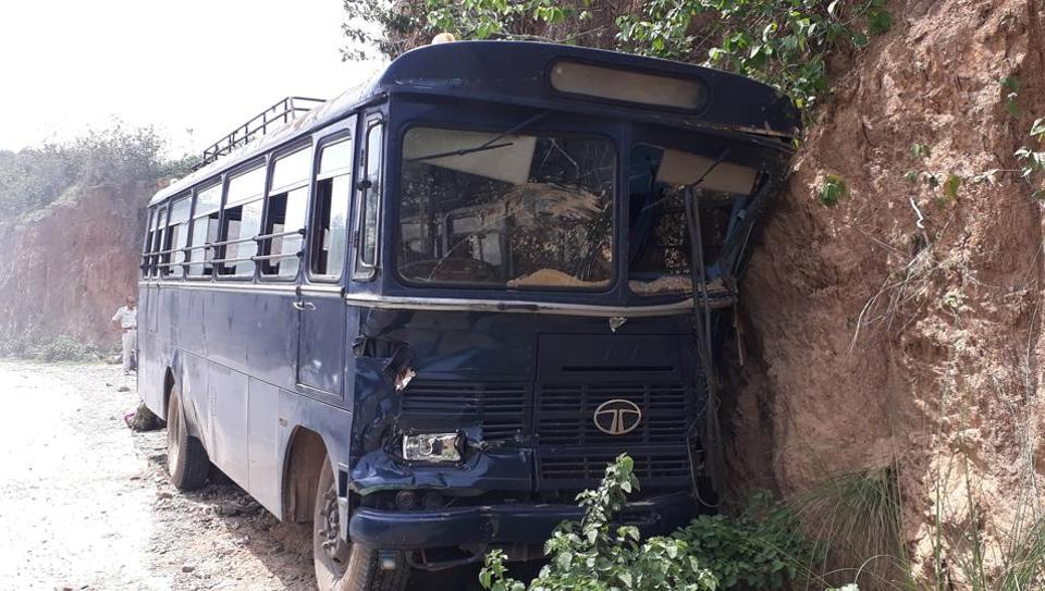 15 armed jawans injured in bus accident in Jharkhand